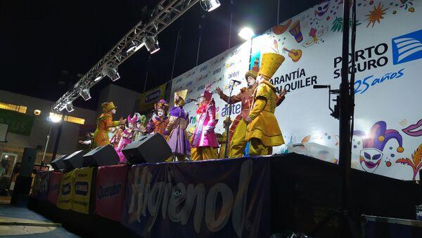 La murga uruguaya La Gran Muñeca durante una actuación en el Carnaval de Montevideo - Sputnik Mundo