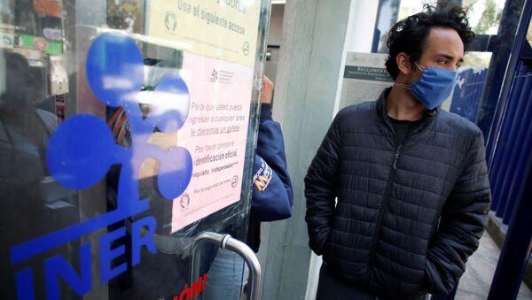 Un hombre en la entrada del Instituto Nacional de Enfermedades Respiratorias en Ciudad de México - Sputnik Mundo