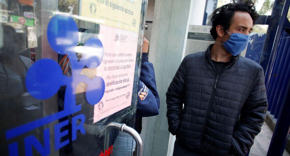 Un hombre en la entrada del Instituto Nacional de Enfermedades Respiratorias en Ciudad de México