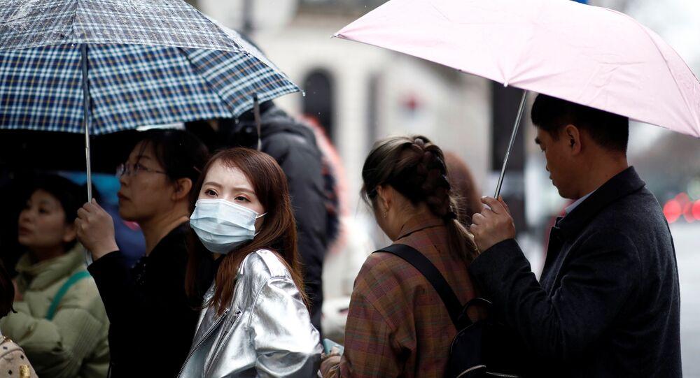 Turistas llevan mascarillas en París, Francia
