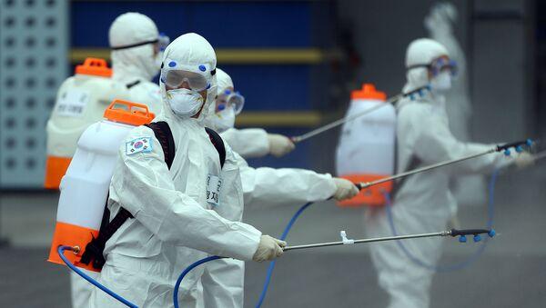 Personas con trajes protectores - Sputnik Mundo