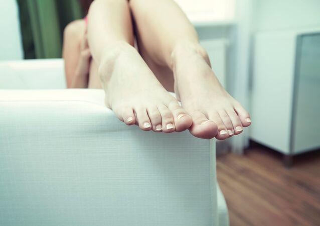 Los pies de una persona, referencial