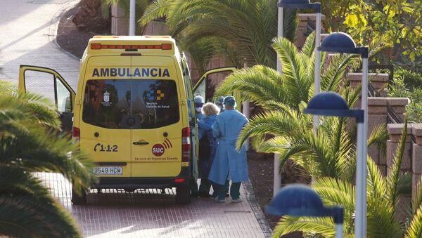 Una ambulancia en Tenerife lleva a un turista sospechoso con el coronavirus - Sputnik Mundo
