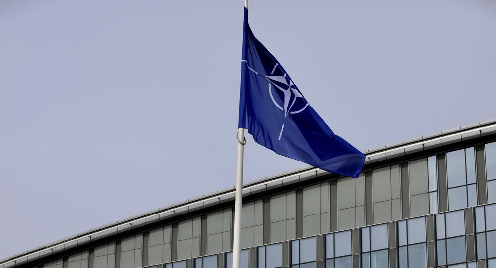 La bandera de la OTAN y de algunos de sus miembros ondean frente a la sede de la organización en Bruselas
