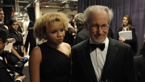 El cineasta Steven Spielberg y su hija Mikaela Spielberg - Sputnik Mundo