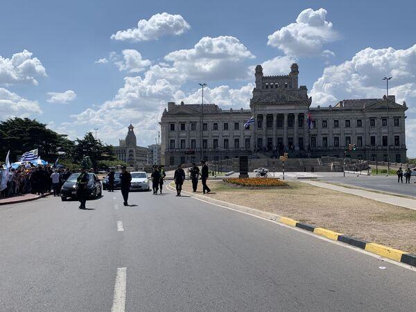 Afueras del Palacio Legislativo, minutos antes de que saliera el presidente Luis Lacalle Pou y Beatriz Argimón rumbo a Plaza Independencia - Sputnik Mundo