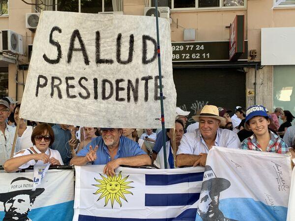 Simpatizantes del Partido Nacional esperan la salida de Luis Lacalle Pou y Beatriz Argimón tras el vallado de la lenida libertador, por donde los gobernantes entrantes se trasladaron hacia Plaza Independencia - Sputnik Mundo