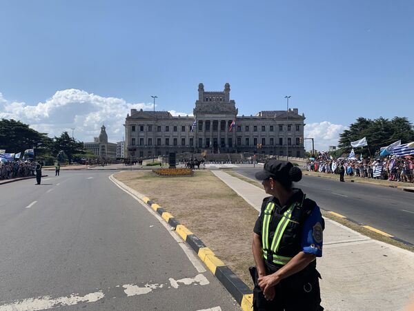 Agentes de las fuerzas de seguridad del país minutos antes de partir en custodia del presidente y vicepresidenta entrantes rumbo a Plaza Independencia - Sputnik Mundo