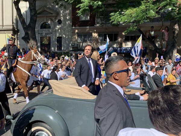 Luis Lacalle Pou, presidente de Uruguay, rumbo a Plaza Independencia, donde firmó el acta de traspaso de mando junto al saliente Vázquez, socialista, dos veces presidente y el primero de izquierdas - Sputnik Mundo