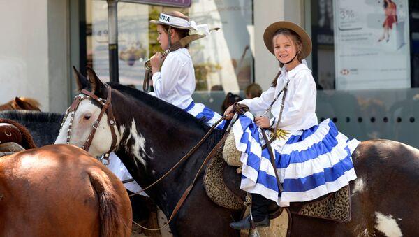 Una niña monta un caballo durante la ceremonia de juramento de Luis Lacalle Pou  - Sputnik Mundo