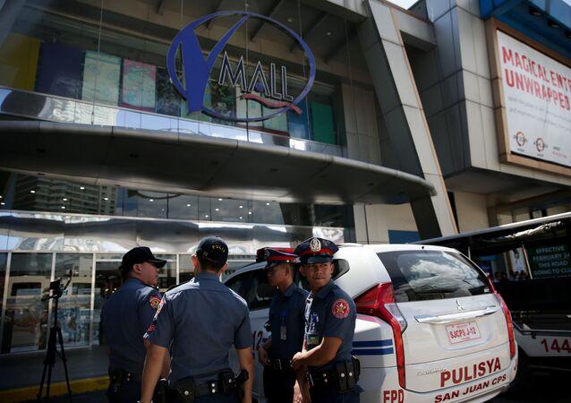 Los agentes de Policía filipina cerca del centro comercial de Manila