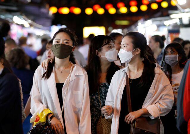 Unas chicas con mascarillas en Vietnam