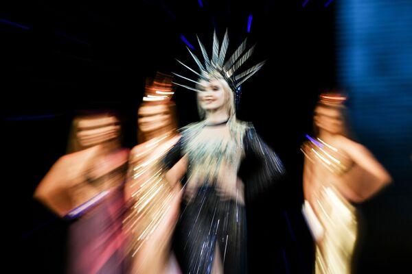 Extravagantes, esbeltas y semidesnudas: Sebastopol elige a su joven más hermosa  - Sputnik Mundo