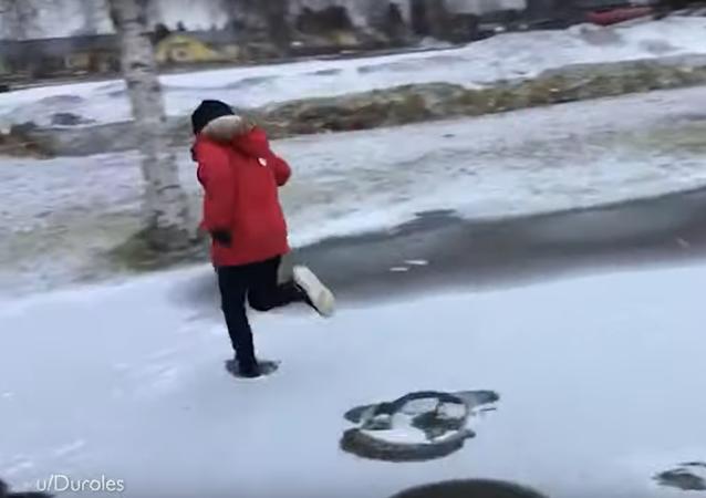 Niño atraviesa corriendo un río helado en Finlandia
