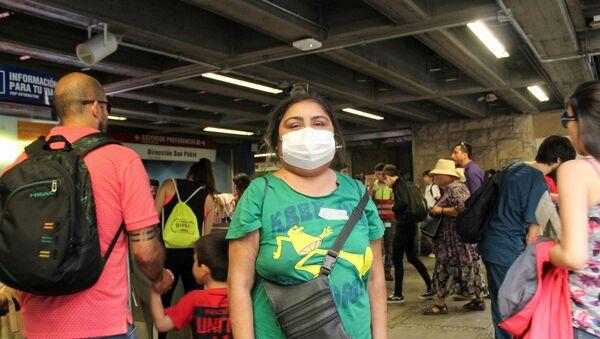 Una mujer con mascarilla en el metro de Santiago - Sputnik Mundo