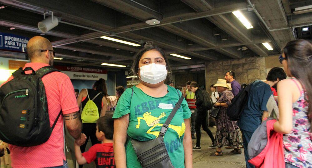 Una mujer con mascarilla en el metro de Santiago