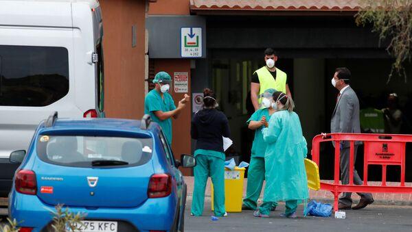 El personal médico cerca del hotel H10 Costa Adeje Palace en Tenerife - Sputnik Mundo