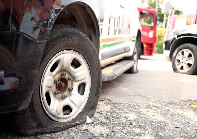 Un coche policial con la llanta pinchada en Brasil