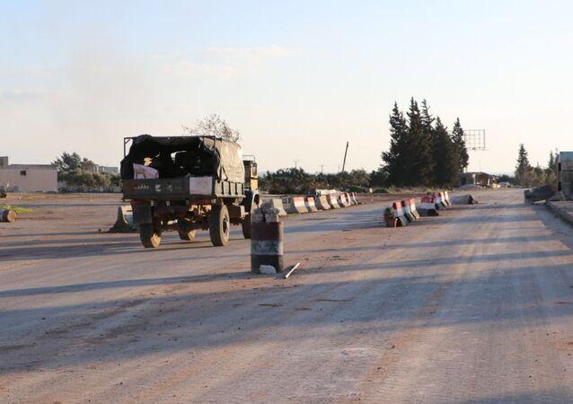 Una carretera en la ciudad siria de Saraqib