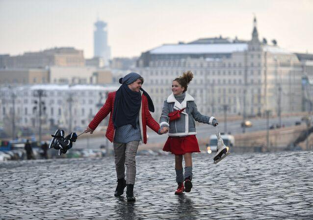 Dos jóvenes moscovitas en un paseo por la ciudad