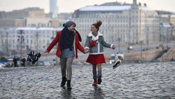 Dos jóvenes moscovitas en un paseo por la ciudad - Sputnik Mundo