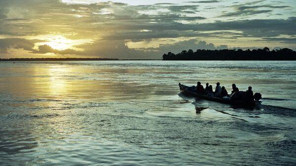 Un bote en Amazonas (imagen referencial) - Sputnik Mundo