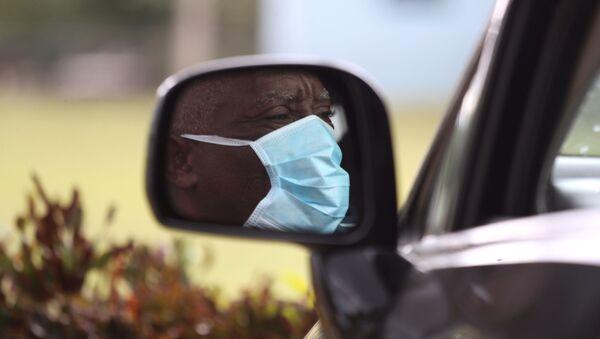 Un hombre con una máscarilla debido al nuevo coronavirus - Sputnik Mundo