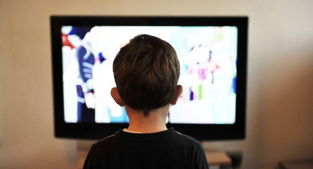 Un niño mirando una televisión. Imagen referencial