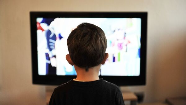 Un niño mirando una televisión. Imagen referencial - Sputnik Mundo