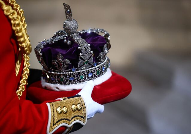 La corona de la reina Isabel II es llevada al Palacio de Westminster