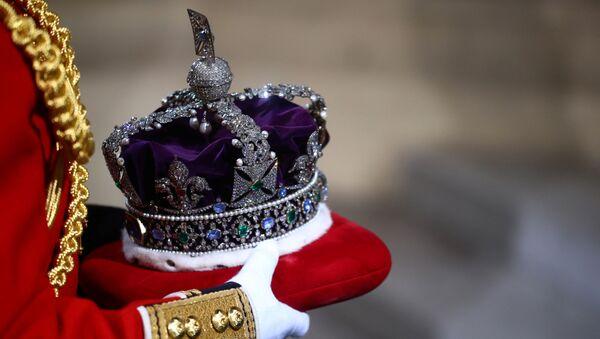 La corona de la reina Isabel II es llevada al Palacio de Westminster - Sputnik Mundo