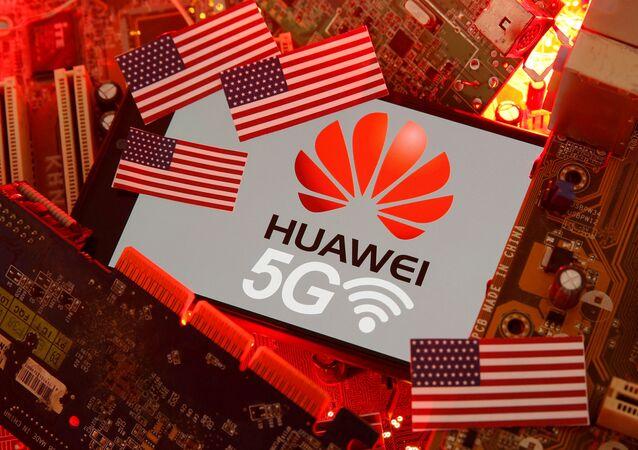 Logo de Huawei y banderas de EEUU