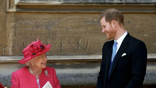 Príncipe Harry e Isabel II en el Castillo de Windsor - Sputnik Mundo