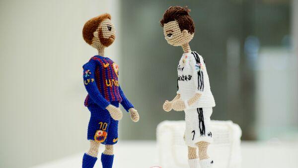 Muñecas de Lionel Messi y Cristiano Ronaldo - Sputnik Mundo