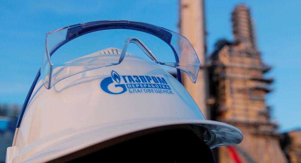 Un casco con el logo de Gazprom