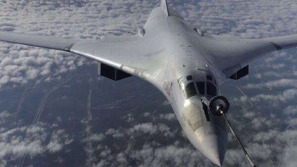 Bombarderos estratégicos rusos Tu-160 repostan en vuelo - Sputnik Mundo