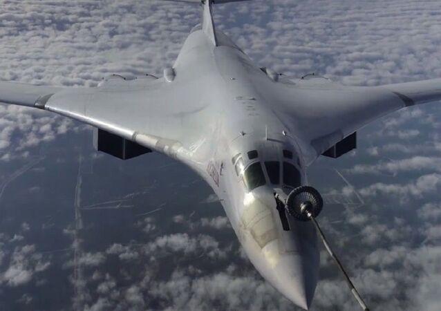Bombarderos estratégicos rusos Tu-160 repostan en vuelo