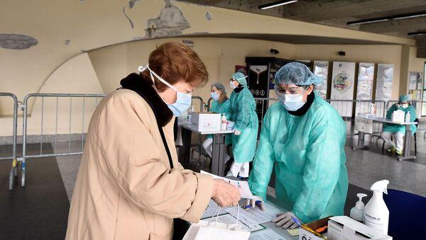Revisión médica para detectar el coronavirus en Italia - Sputnik Mundo
