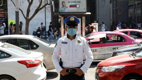 Un policía mexicano con una mascarilla - Sputnik Mundo