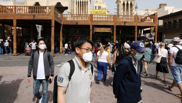 Turistas con mascarillas en EAU  - Sputnik Mundo