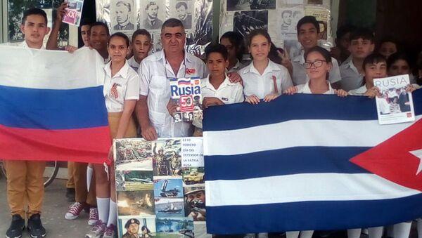 Félix Jorge Barrios, junto a estudiantes de una escuela secundaria básica en Jagüey Grande, en una actividad del Club de Amistad Cuba-Rusia - Sputnik Mundo