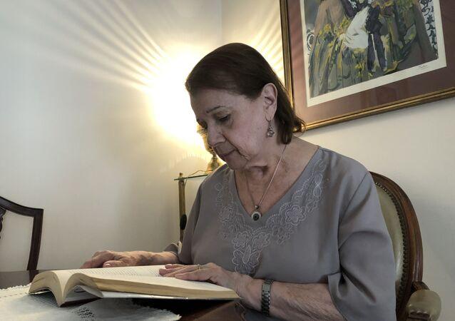 Stella Maris cuenta con parsimonia su historia personal, que a veces se transforma en la de los logros de sus dos hijas