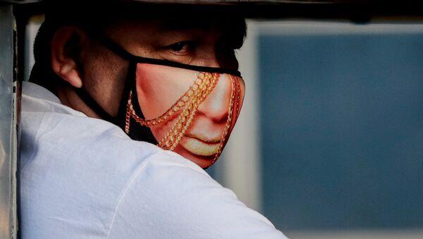 Мужчина в защитной маске, Филиппины - Sputnik Mundo