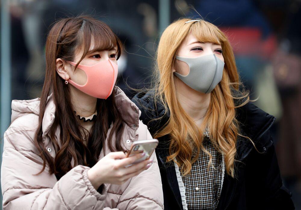Chicas en mascarillas en las calles de Tokio