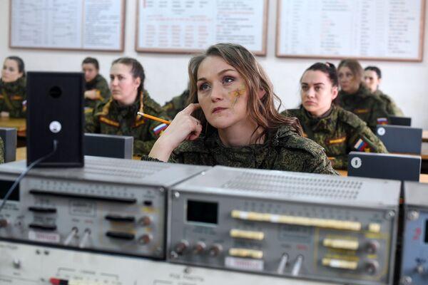 'Maquillaje bajo camuflaje': estas son las militares más hermosas de Rusia  - Sputnik Mundo