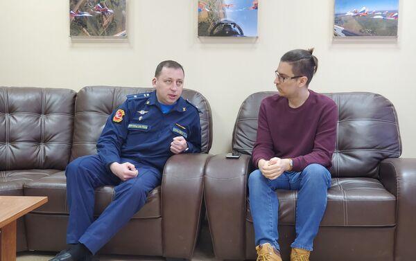 El mayor Serguéi Sinkevich, piloto navegante de Strizhí, y el corresponsal de Sputnik Alexander Terekhin - Sputnik Mundo