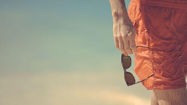 Un hombre en pantalones cortos - Sputnik Mundo