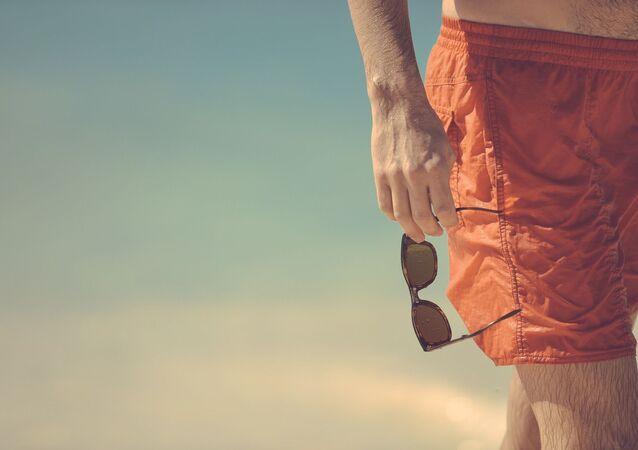 Un hombre en pantalones cortos