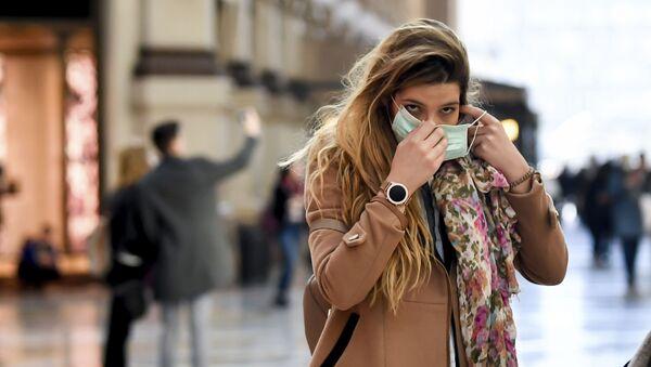 Una chica en Milán, Italia - Sputnik Mundo
