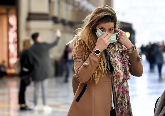 Una chica en Milán, Italia
